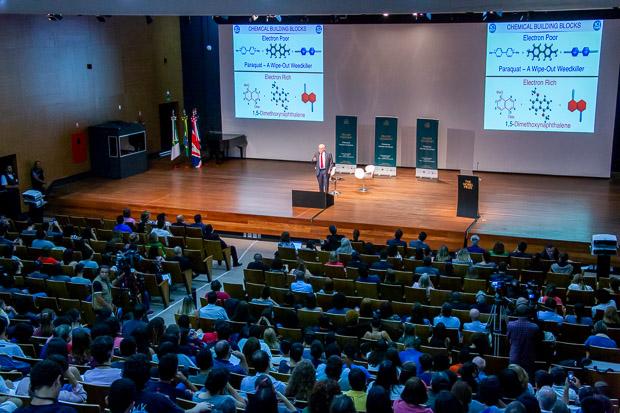 Estudantes e docentes encheram o auditório da ADUnB para ouvir o ganhador do prêmio Nobel. Foto: Luis Gustavo Prado/Secom UnB
